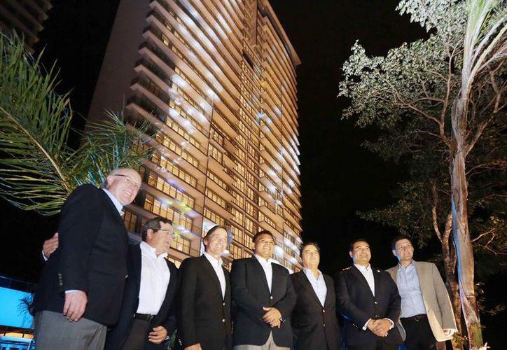 Imagen de las autoridades estatales, municipales y directivos del nuevo complejo residencial. La torre fue iluminada anoche para su inauguración. (Milenio Novedades)
