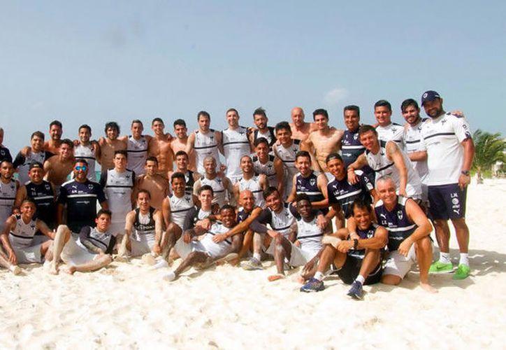 Rayados se tomó una foto grupal frente a la playa. (Foto: Medio Tiempo)