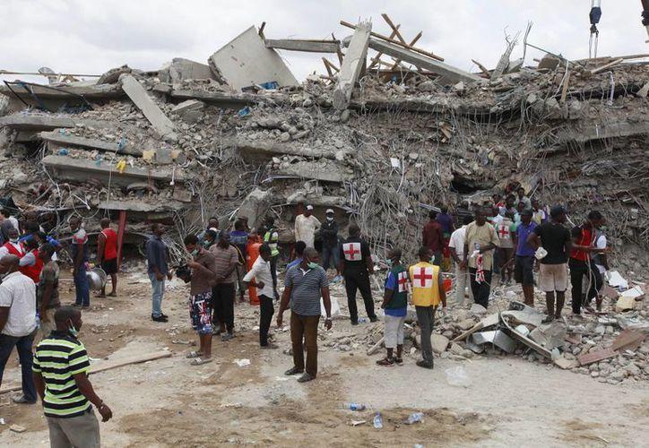 Rescatistas buscan sobrevivientes entre los escombros de la Sinagoga Iglesia de Todas las Naciones, en Lagos, Nigeria. (Agencias)