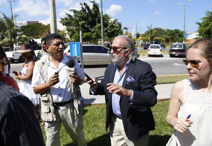 El cónsul de España en Cancún fue entrevistado por medios de comunicación. (Israel Leal/SIPSE)