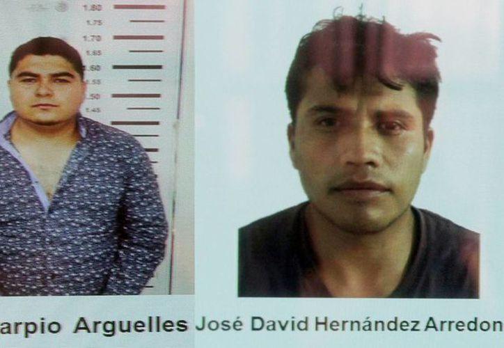 Imagen de dos de los detenidos que están acusados de secuestro, extorsión, venta de drogas y otros delitos. (Notimex)