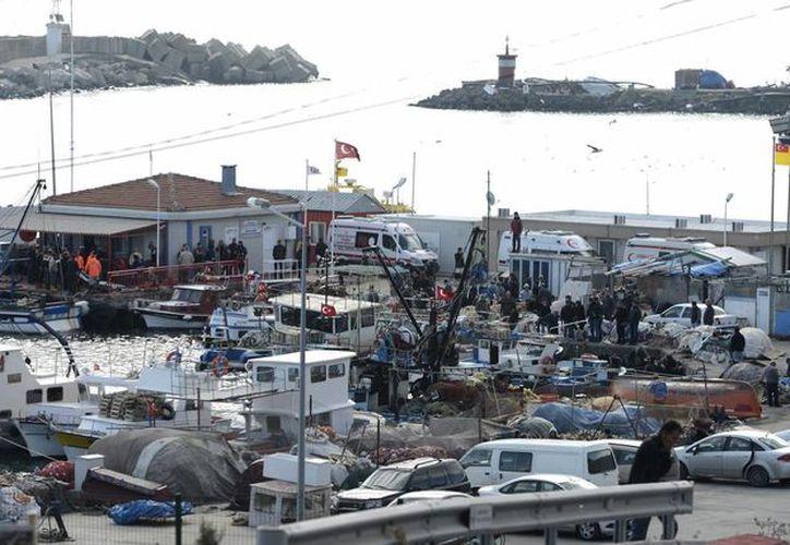 Los equipos de rescate trabajan en Rumeli Feneri, en el Mar Negro, cerca de Estambul, Turquía. (EFE)