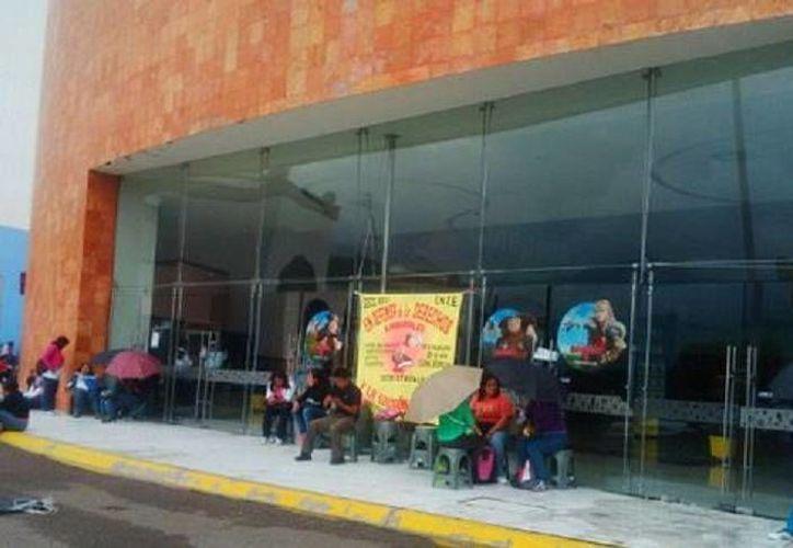 Los maestros manifestantes se colocaron a las puertas de tiendas, comercios y otros negocios. (Milenio)