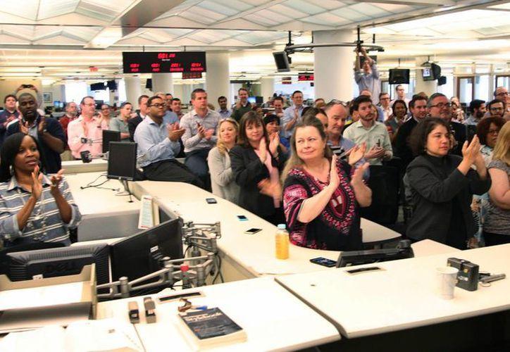 Los colaboradores de la agencia AP celebran tras conocer que la Universidad de Columbia les adjudicó el Premio Pulitzer al Servicio Público. (AP)