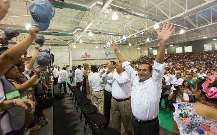 Este viernes se llevó a cabo la primera visita a Yucatán de Luis Miranda Nava (en primer plano) como titular de la Sedesol. (Foto cortesía del Gobierno estatal)