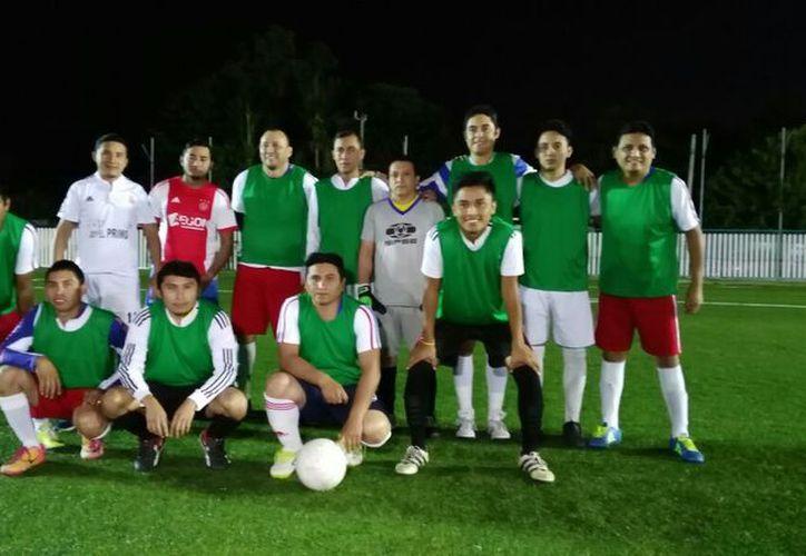 Novedades de Chetumal, pasó por encima de la Oficialía Mayor, a quienes golearon 4 - 0 en la Liga de Fut 9 de Interdependencias. (Miguel Maldonado/SIPSE)