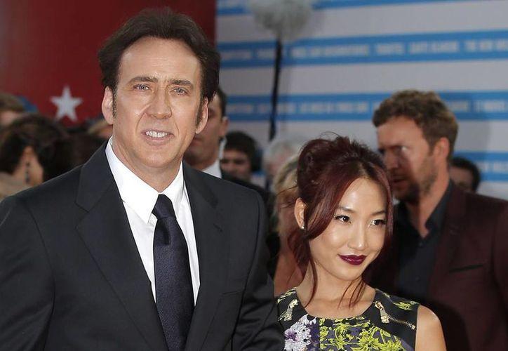 El actor Nicolas Cage y su esposa Alice Kim quienes se conocieron en 2004 cuando ella era mesera y trabajaba en un restaurante de Los Ángeles. (Archivo AP)