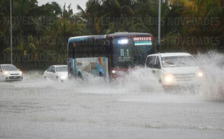 Las calles principales de la ciudad y zona hotelera han sufrido de inundaciones. (Israel Leal/SIPSE)