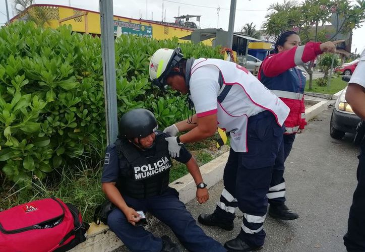 La Cruz Roja llegó a atender a la oficial quien por fortuna no tuvo lesiones graves. (Foto: SIPSE)