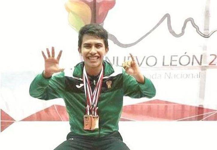 El texakeño Ricardo Villa ganó su cuarta medalla en la Olimpiada Nacional y conquistó su sexta corona al hilo en tenis de mesa. (SIPSE)