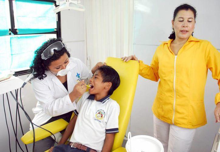 Es necesario que los padres de familia inculquen a sus hijos el cuidado de la salud bucal. (Tomás Álvarez/SIPSE)