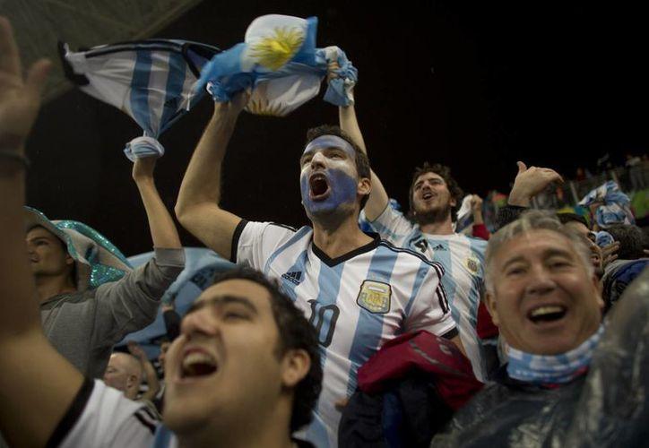 Seguidores argentinos celebran el pase de su Selección a la final del Mundial de Brasil tras vencer en penales a Holanda. (Foto: AP)