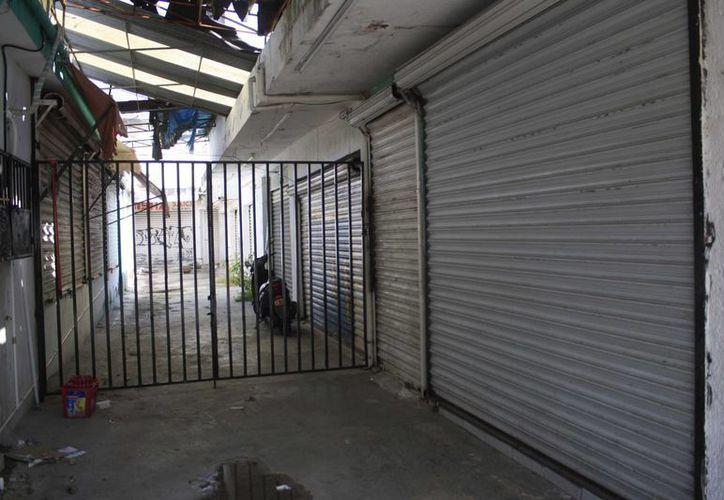 Empresarios están buscando medidas para paliar la crisis del sector, pues aseguran que México está creciendo pero el sur de Quintana Roo no; en la capital estatal proliferan los locales desocupados. (Harold Alcocer/SIPSE)