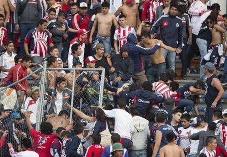 Uno de los dos aficionados de Chivas heridos durante una reyerta afuera del estadio de Puebla tiene muchos golpes en la cabeza y el otro diversos golpes en su cuerpo. (Mexsports.com)