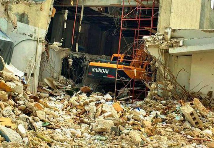 La demolición de un edificio provocó ayer una explosión en la Quinta Avenida de Playa del Carmen. (Daniel Pacheco/SIPSE)