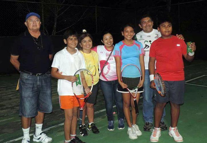 Premiación de tenistas ganadores en el segundo día de la convivencia deportiva de las Escuelas de Iniciación en el Kukulcán. (Milenio Novedades)