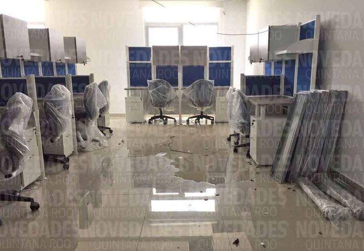 En el edificio se detectó agua en algunas partes del piso. (Eva Murillo/SIPSE)