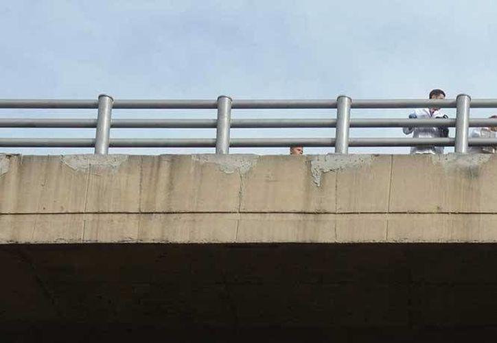 Los gritos de auxilio del joven, que fue aventado desde este puente, no fueron escuchados debido al ruido de la ciudad. (Excélsior)