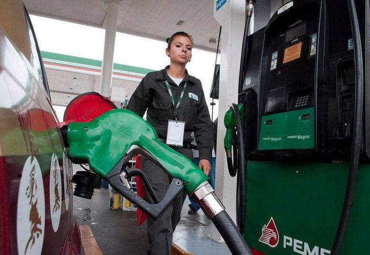 El último aumento programado al precio de las gasolinas en México ubicó el litro en 13.22 pesos (de Magna) y 14 pesos (de Premium). (Archivo/NTX)