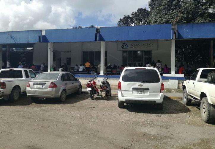 Las personas que fueron afectadas por el saque sólo tienen que firmar para que queden registrados. (Carlos Castillo/SIPSE)