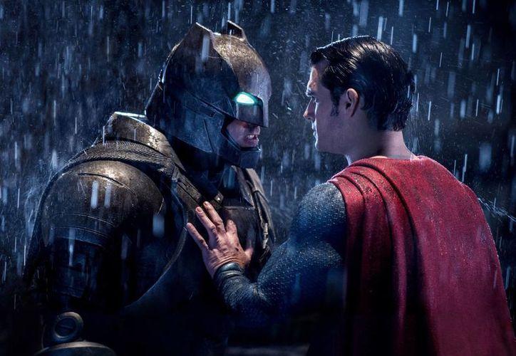'Batman v Superman: Dawn Of Justice' cayó 68% en su segunda semana de estreno en los cines de Estados Unidos y Canadá. (AP/archivo)