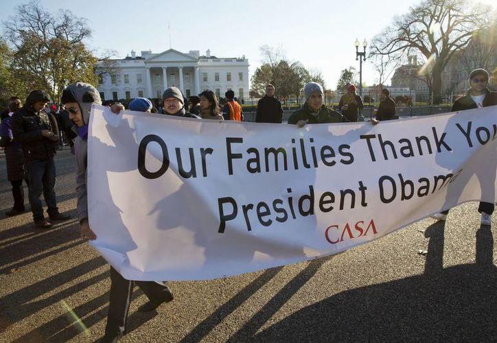 Las medidas dictadas por Obama el jueves no otorgan a los indocumentados beneficios como subsidios para la salud. (AP)