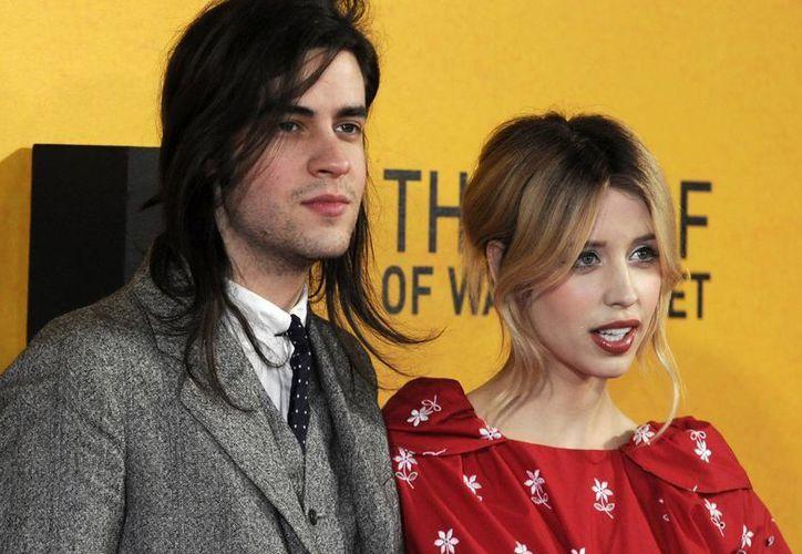 Foto del 9 de enero de 2014 que muestra a la modelo y presentadora británica Peaches Geldof (der) y su marido, el músico Thomas Cohen (izq). (EFE)