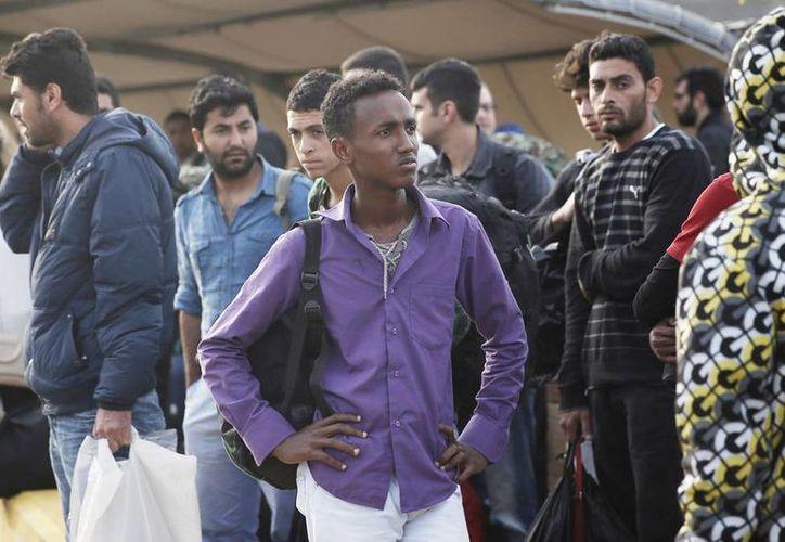 Uno de los 32 inmigrantes africanos que sobrevivió a un accidente en barco, el 5 de mayo en aguas griegas, llega al puerto de El Pireo, cerca de Atenas, este lunes. (Agencias)