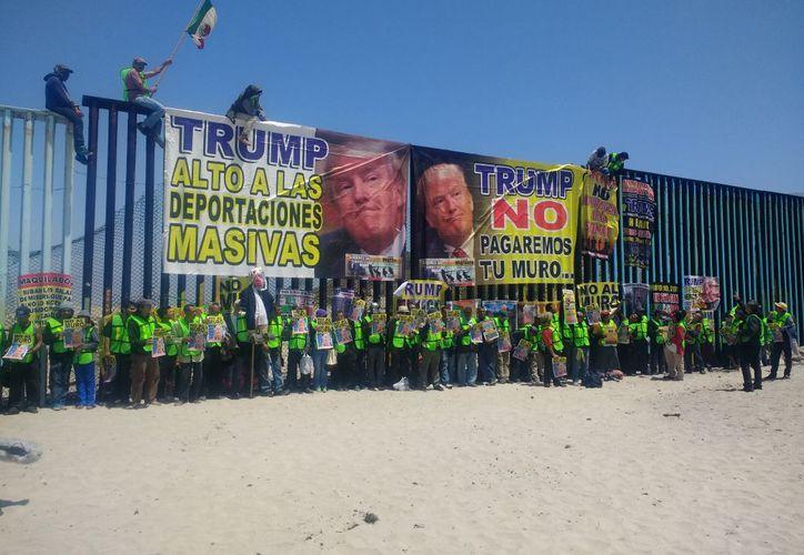 Los activistas colocaron mantas en rechazo a la postura de Trump repecto a los derechos de los migrantes y sus familias. (Síntesis TV)