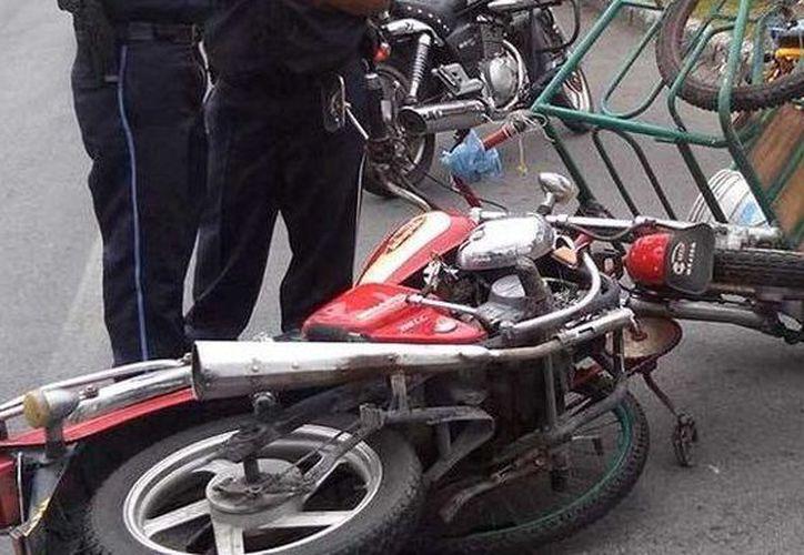 Por el impacto el ciclista fue aventado varios metros y cayó entre la maleza fuera del camino, mientras que el motociclista derrapó. (SIPSE)