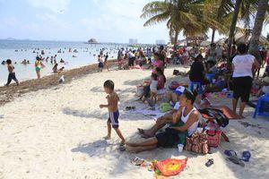 Niños disfrutan de la arena y el sol en Playa del Niño