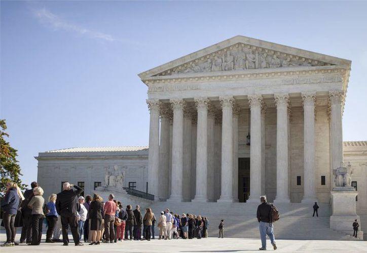 La gente espera para entrar en la Corte Suprema de Justicia en Washington, DC. (Agencias)