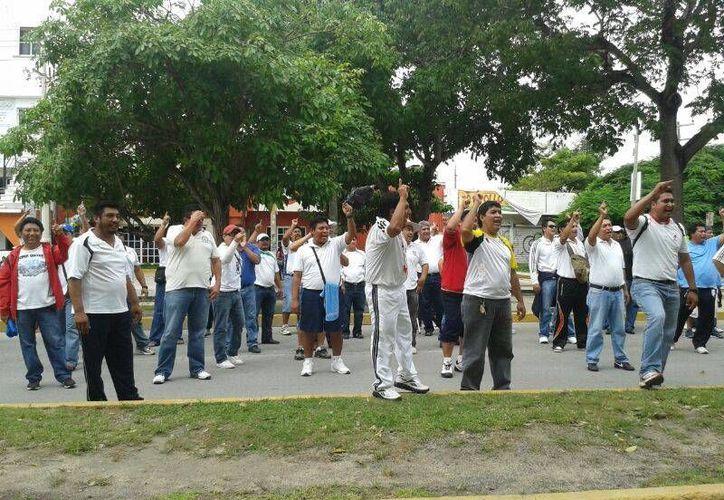 """Los maestros llegaron a la avenida Tulum, caminarán hasta la glorieta de """"El Ceviche"""". (Jazmín Ramos/SIPSE)"""