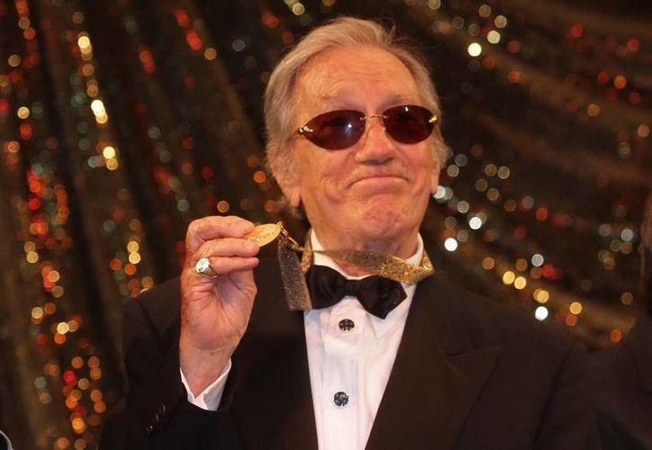 Joaquín Cordero cuando recibió la medalla de la ANDA por 75 Años de Trayectoria Artística, el 11 de diciembre del 2012. (Archivo/Notimex)