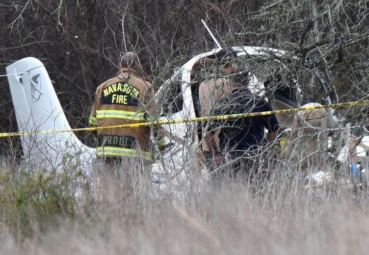 Rescatistas recuperan los cadáveres del monomotor que se extrelló el domingo cerca de la comunidad de Navasota, Texas. (Foto: College Station Eagle via AP)