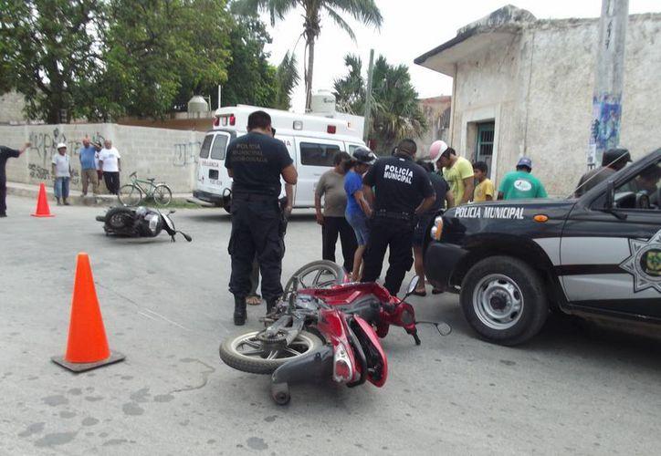 La Policía de Ticul arribó al lugar del impacto entre dos motos. (Milenio Novedades)