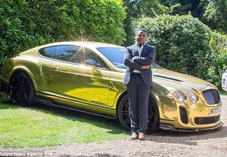 Una de los primeros regalos del estudiante fue conducir un Bentley de oro. (RT)