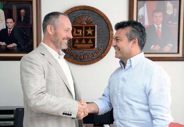 El presidente municipal de Solidaridad Mauricio Góngora Escalante, sostuvo una reunión con el Cónsul Regional de Gran Bretaña, Orlando Ames-Lewis.  (Redacción/SIPSE)