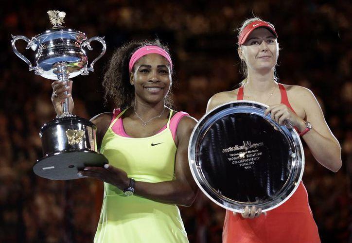 Serena Williams (i), número 1 del mundo, junto a su rival y perdedora en la final del Abierto de Australia, Maria Sharapova, número 2 del mundo y quien no le gana desde hace 11 años. (Foto:AP)