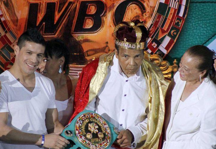 El legendario boxeador Mohamed Alí fue hospitalizado debido a una neumonía leve, según lo informó un portavoz. Imagen de su coronación como 'Rey del boxeo' durante la 50a Convención del Consejo Mundial de Boxeo en Cancún, México en el 2012. (Agencias)