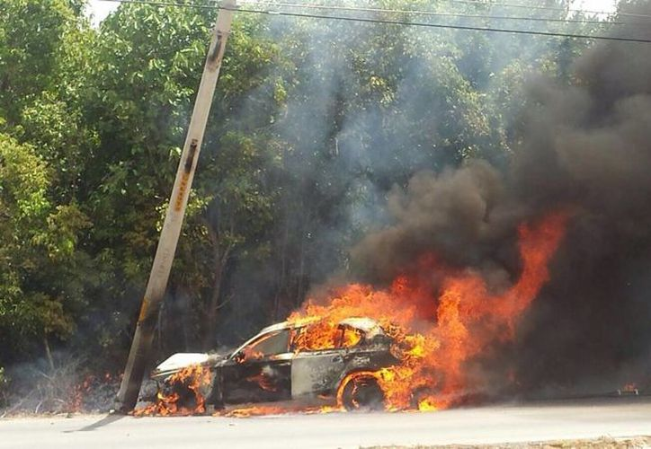 El conductor del vehículo logró salir del BMW antes de que este quedará cubierto en fuego. (Redacción/SIPSE)