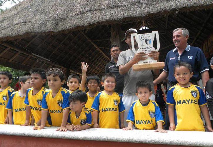 Mayas Kukulcán de la categoría semillas celebran el trofeo ganado. (SIPSE)