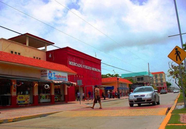 """La remodelación del Mercado """"Diana Laura Riojas"""" comenzó al demoler los muros de la planta alta, donde se construirán 28 locales comerciales. (SIPSE)"""