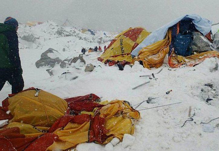 Un sismo de magnitud 7.8 azotó Nepal y 'alcanzó' el monte Everest, donde mató a varios alpinistas en un campamento. (AP)