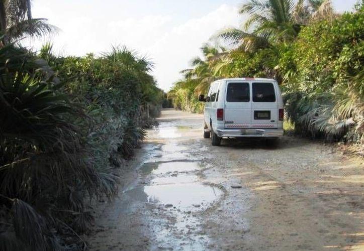 A pesar de que Punta Allen recibe visitantes la mayor parte del año, sus carreteras están en mal estado.  (Rossy López/SIPSE)