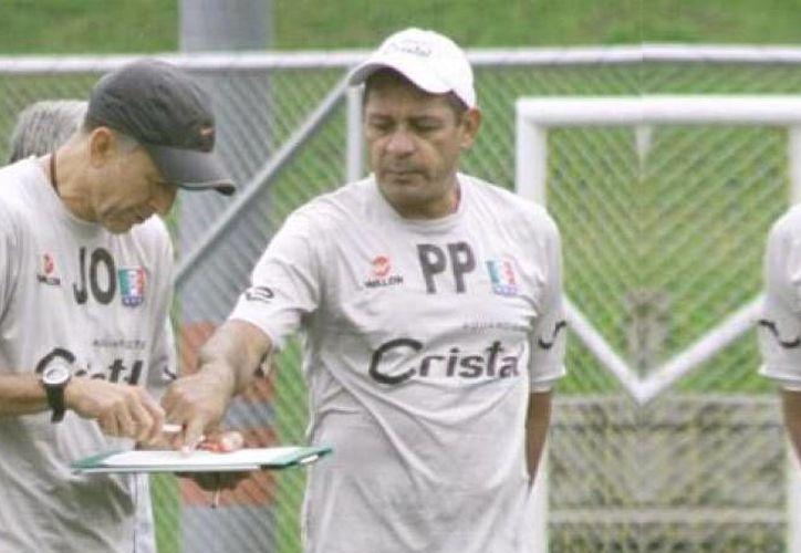 El entrenador colombiano Juan Carlos Osorio (i), nuevo entrenador de la Selección Mexicana, trabajará con los auxiliares Luis Pompilio Paez Castellano (d) y Jorge Enrique Ríos Duque, con quienes ya coincidió en Atlético Nacional, en Colombia. (diez.hn)
