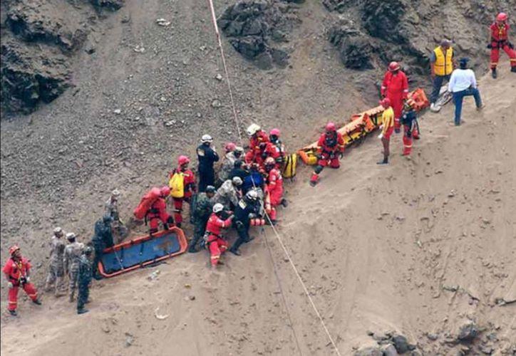 Se dificulta el rescate de los cuerpos dentro de los fierros retorcidos dentro del río. (vanguardia.com)