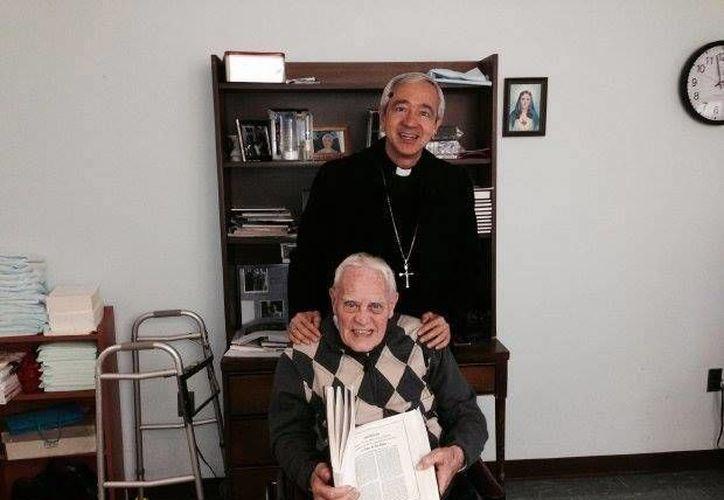 En la imagen, Monseñor Jorge Carlos Patrón Wong acompaña al padre Richard Clifford, quien falleció en EU este domingo. (Cortesía)