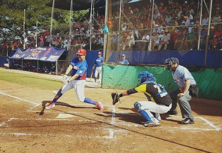 Los Castores de Mérida consiguieron su pase a las semifinales, luego de vencer 4-2 a Club Leydi de Xocchel. En la foto, Héctor Castañeda de Castores, al momento de batear un imparable.(Milenio Novedades)