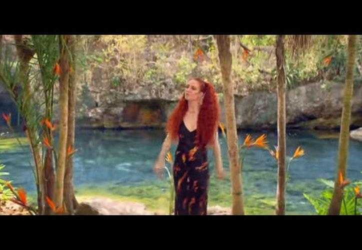 La cantante británica Jess Glynne luce junto a un cenote. (Captura de pantalla/Youtube)
